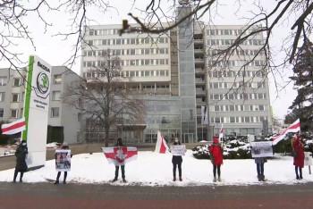 Reportáž ČT z Mladé Boleslavi se sedmi demonstranty rozhoupala Škodovku k bojkotu MS v hokeji