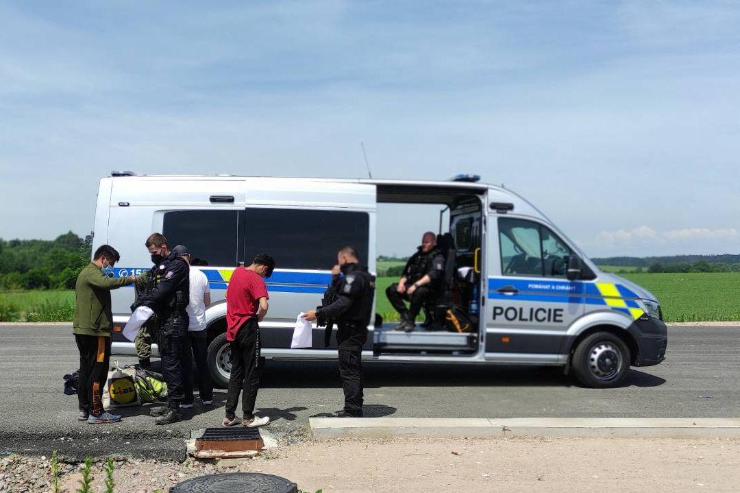 Cizinci vyskákali na benzince z kamionu