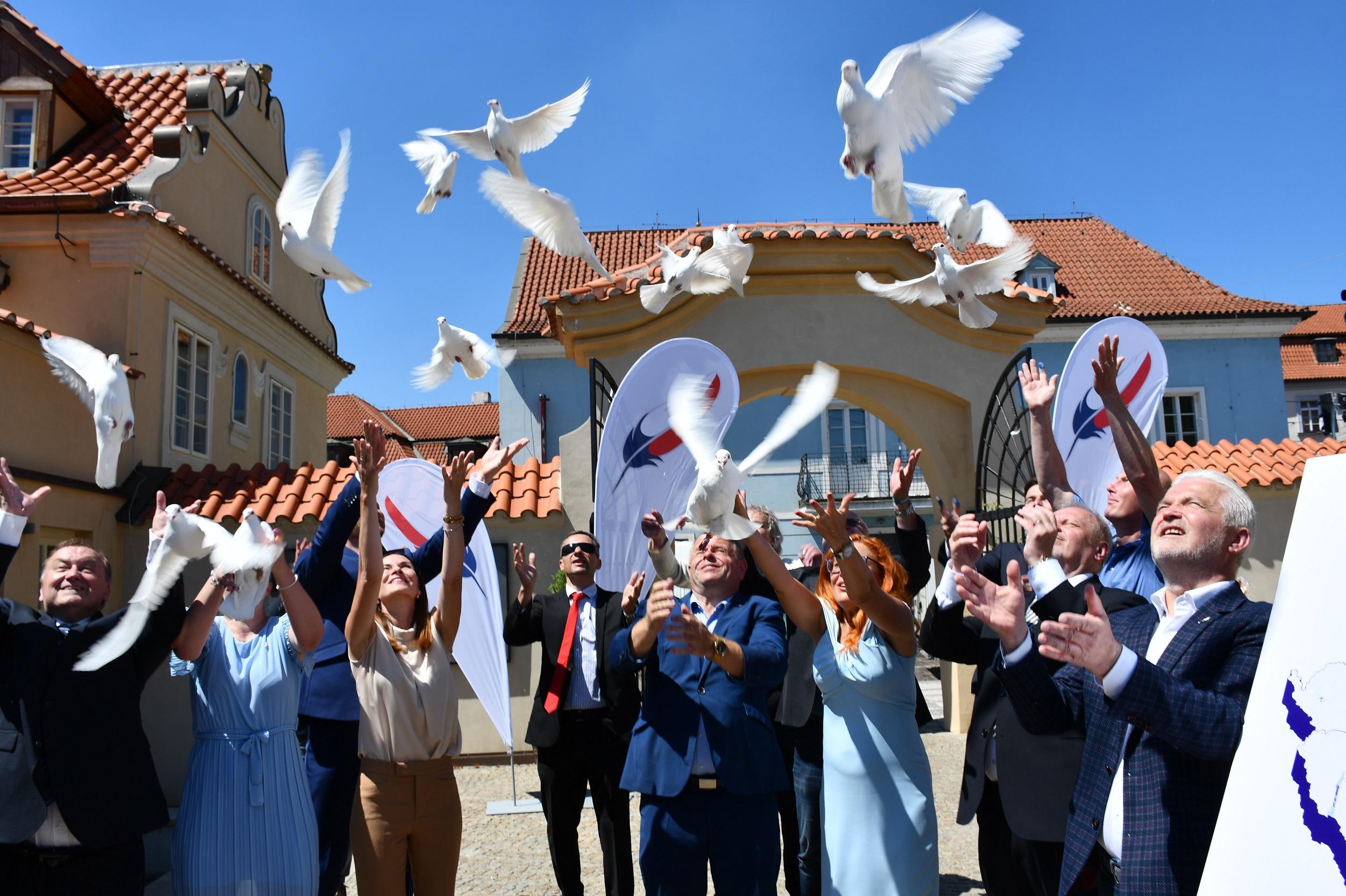 Jediné české pravicové uskupení zahájilo volební kampaň s holubicemi
